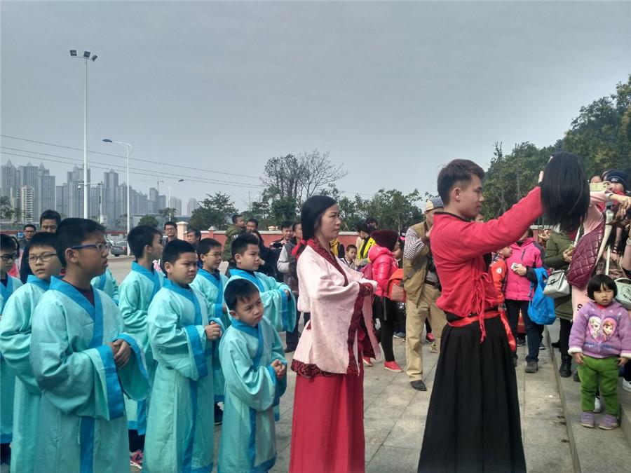 新春开笔礼仪式 邕城学童元宵节拜孔子讨彩头