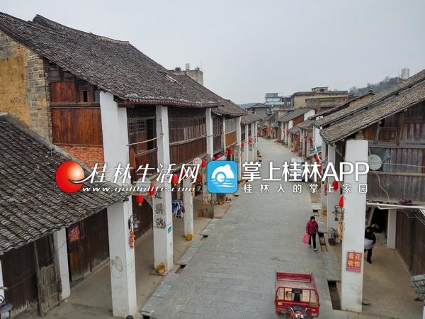兴安县界首镇古街还完整地保留着骑楼建筑群.