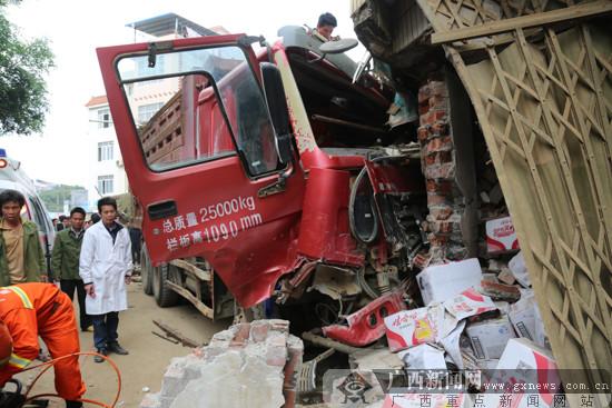 突发:西乡塘区坛洛镇货车撞民房 一人受伤(图)