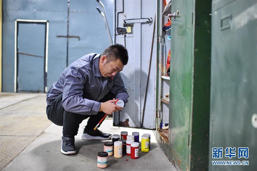 (社会)(1)长春:公交修理工画百米涂鸦墙宣传文明出行