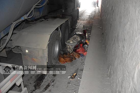 女子捡拾物品被80吨水泥罐车压伤(图)