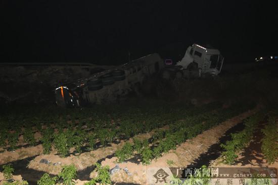 南宁邕宁区一罐车侧翻 30吨浓硫酸泄漏流入稻田