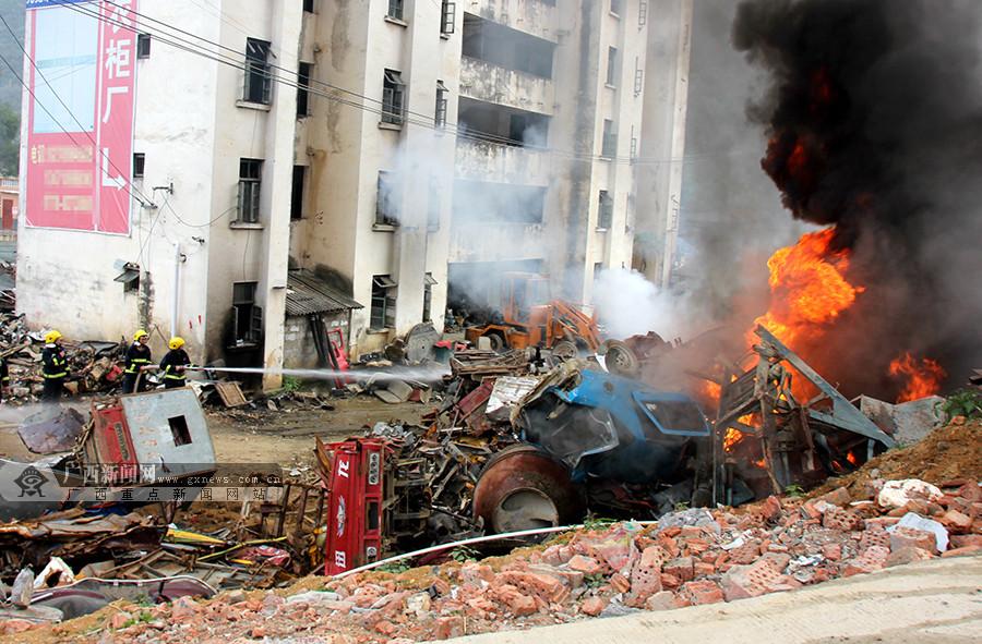 高清:巴马一报废车切割点发生火灾