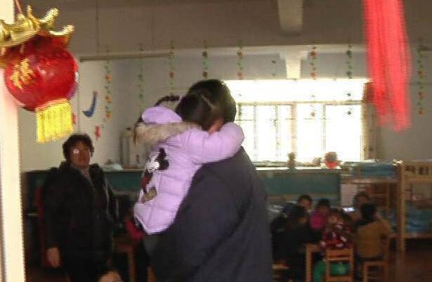 爷爷突发脑梗 4岁女孩报警救了老人一命