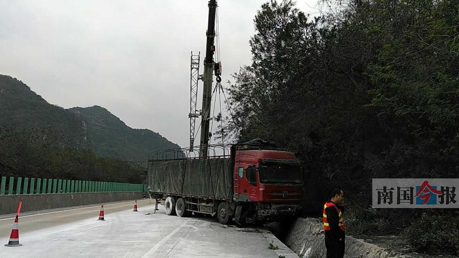 宜柳高速大货车追尾大货车 一司机被抛甩身亡(图)