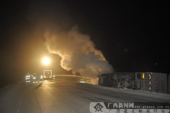 载煤货车失控侧翻 百色消防灭火保45吨煤