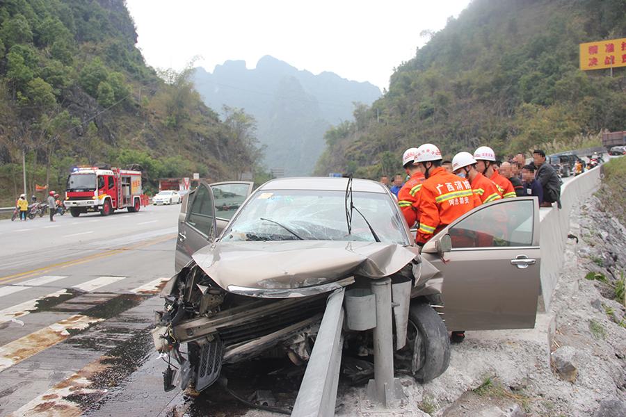小轿车下坡车速过快撞护栏 女司机被困车内已死亡
