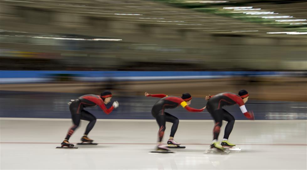 2月21日,中国队选手韩梅(中)、刘晶(左)和赵欣在比赛中。 新华社记者江文耀摄