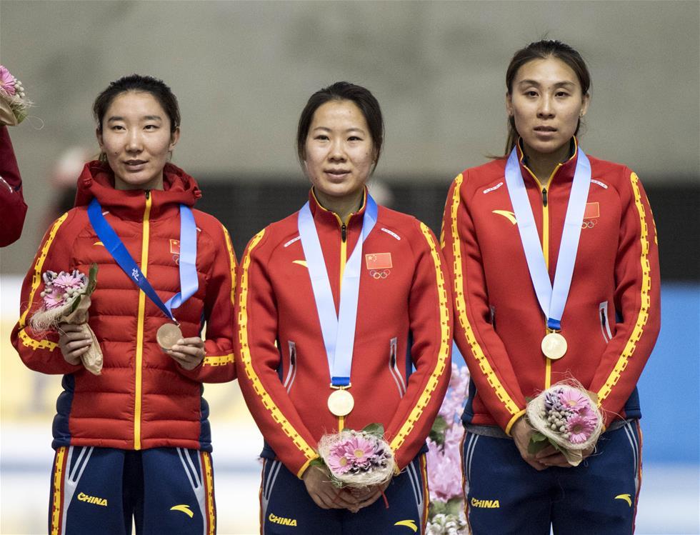 2月21日,中国队选手韩梅(左)、刘晶(中)和赵欣在领奖台上。 新华社记者江文耀摄