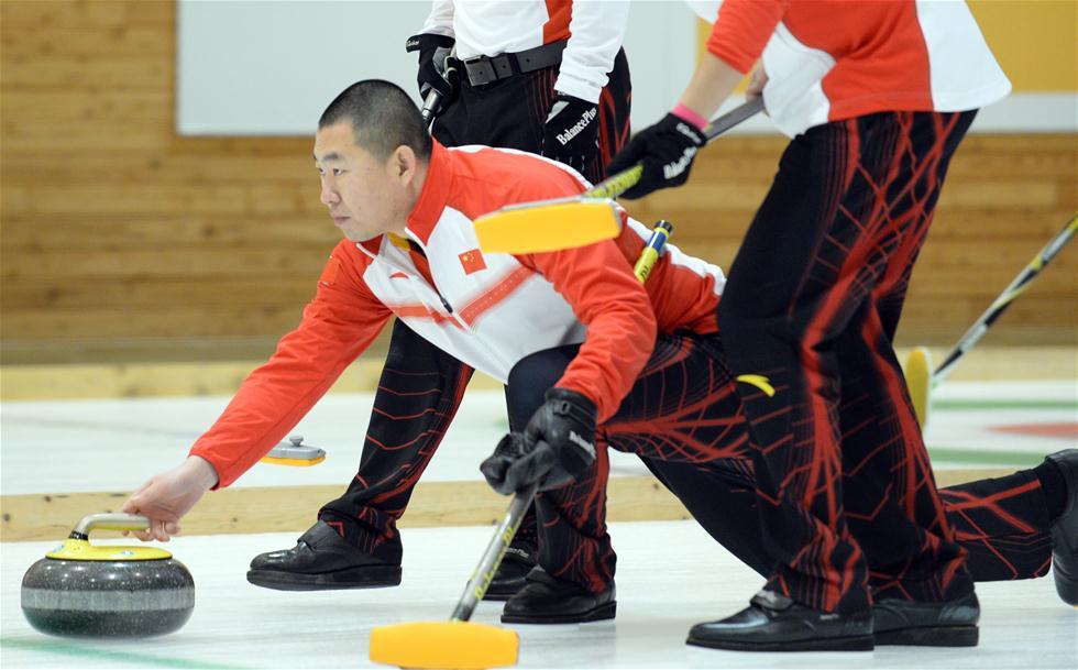 2月21日,中国队选手刘锐在比赛中投掷冰壶。当日,在第八届亚冬会男子冰壶循环赛中,中国队以8比3战胜韩国队。 新华社记者马平摄
