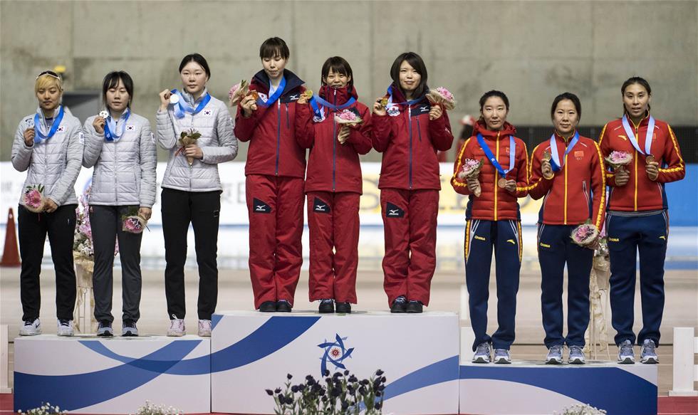 2月21日,冠军日本队(中)、亚军韩国队(左)和季军中国队在领奖台上合影。当日,第八届亚洲冬季运动会速度滑冰女子团体追逐赛举行颁奖仪式。 新华社记者江文耀摄