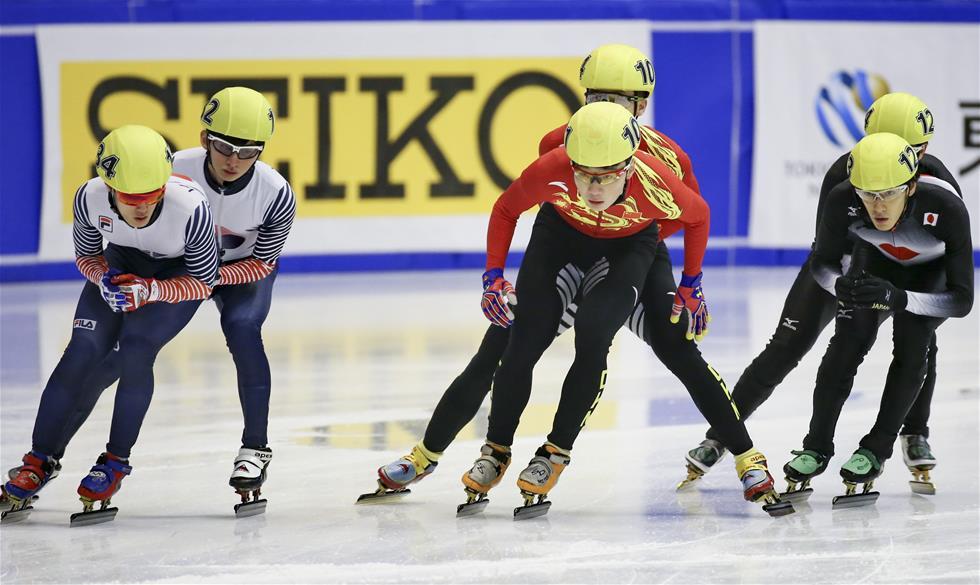 2月22日,中国队选手任子威(前中)在比赛中。新华社记者杨世尧摄