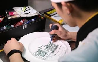 瓷盘上画美丽海宁