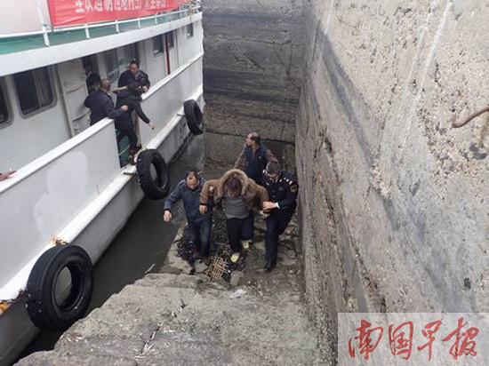 两艘渔船机舱发生渗水导致沉船 11人全部获救(图)