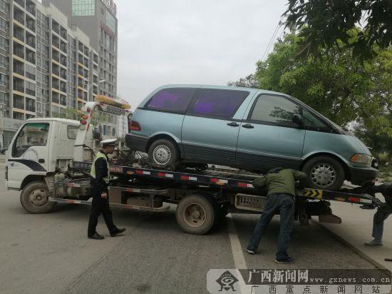 """宝马""""变""""丰田? 一涉嫌套牌面包车被交警查扣"""