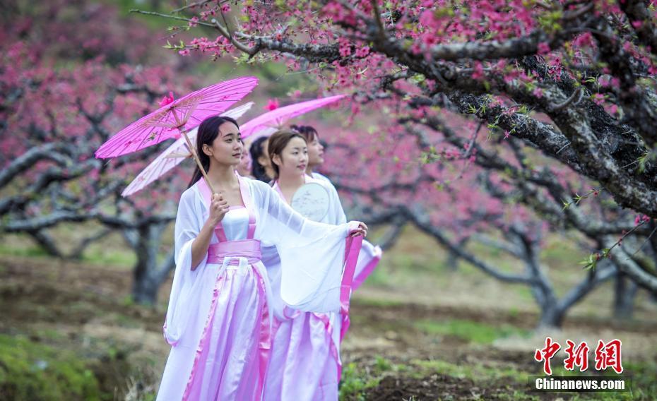 广东大学生扮演古人穿越 呼吁重视古诗词