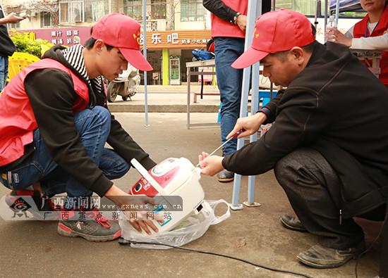 灵山:志愿者开展学雷锋服务活动让群众受益(图)