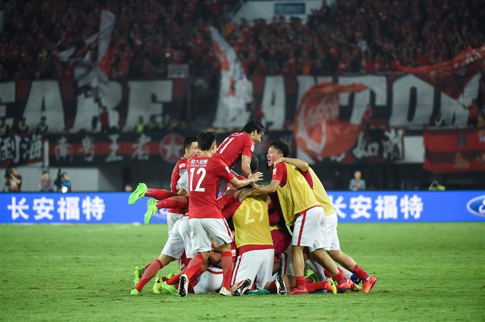3月5日,广州恒大队球员保利尼奥打入制胜球后与队友庆祝。当日,在2017赛季中超联赛第一轮比赛中,广州恒大淘宝队主场以2比1战胜北京中赫国安队。 新华社记者刘大伟摄