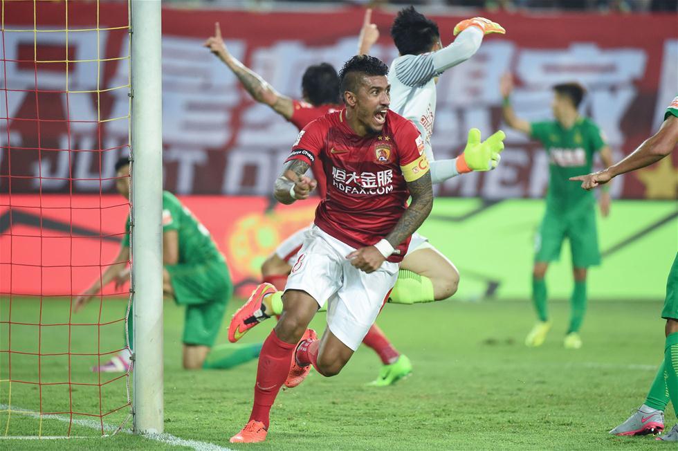 3月5日,广州恒大队球员保利尼奥(前)打入制胜球后庆祝。当日,在2017赛季中超联赛第一轮比赛中,广州恒大淘宝队主场以2比1战胜北京中赫国安队。 新华社记者刘大伟摄