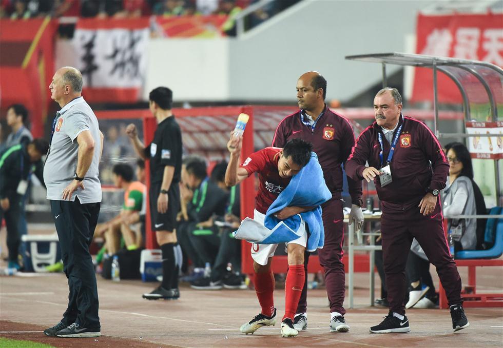 3月5日,广州恒大队球员郑智(右三)被主裁判罚出赛场。当日,在2017赛季中超联赛第一轮比赛中,广州恒大淘宝队主场以2比1战胜北京中赫国安队。 新华社记者刘大伟摄