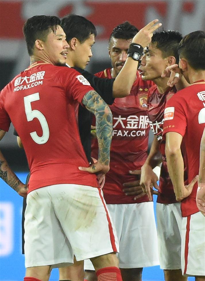3月5日,广州恒大队球员郑智(右二)累计两张黄牌被裁判罚下。当日,在2017赛季中超联赛第一轮比赛中,广州恒大淘宝队主场以2比1战胜北京中赫国安队。 新华社记者刘大伟摄