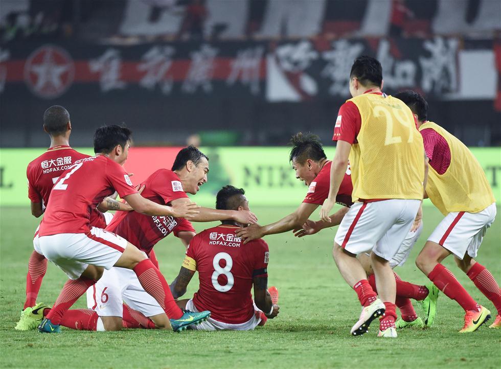 3月5日,广州恒大队球员保利尼奥(中)打入制胜球后与队友庆祝。当日,在2017赛季中超联赛第一轮比赛中,广州恒大淘宝队主场以2比1战胜北京中赫国安队。 新华社记者刘大伟摄