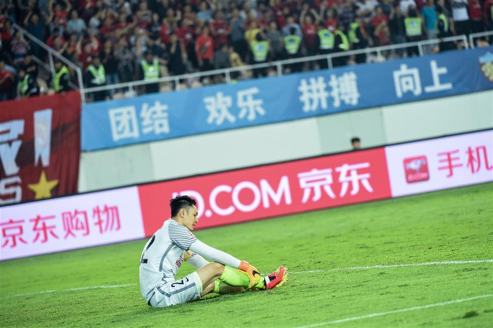 3月5日,北京国安队守门员杨智失球后情绪低落。当日,在2017赛季中超联赛第一轮比赛中,广州恒大淘宝队主场以2比1战胜北京中赫国安队。 新华社记者刘大伟摄