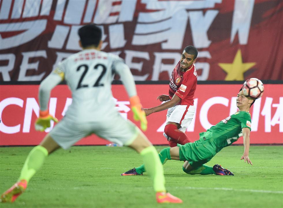 3月5日,广州恒大队球员阿兰(中)在比赛中传球。当日,在2017赛季中超联赛第一轮比赛中,广州恒大淘宝队主场以2比1战胜北京中赫国安队。 新华社记者刘大伟摄