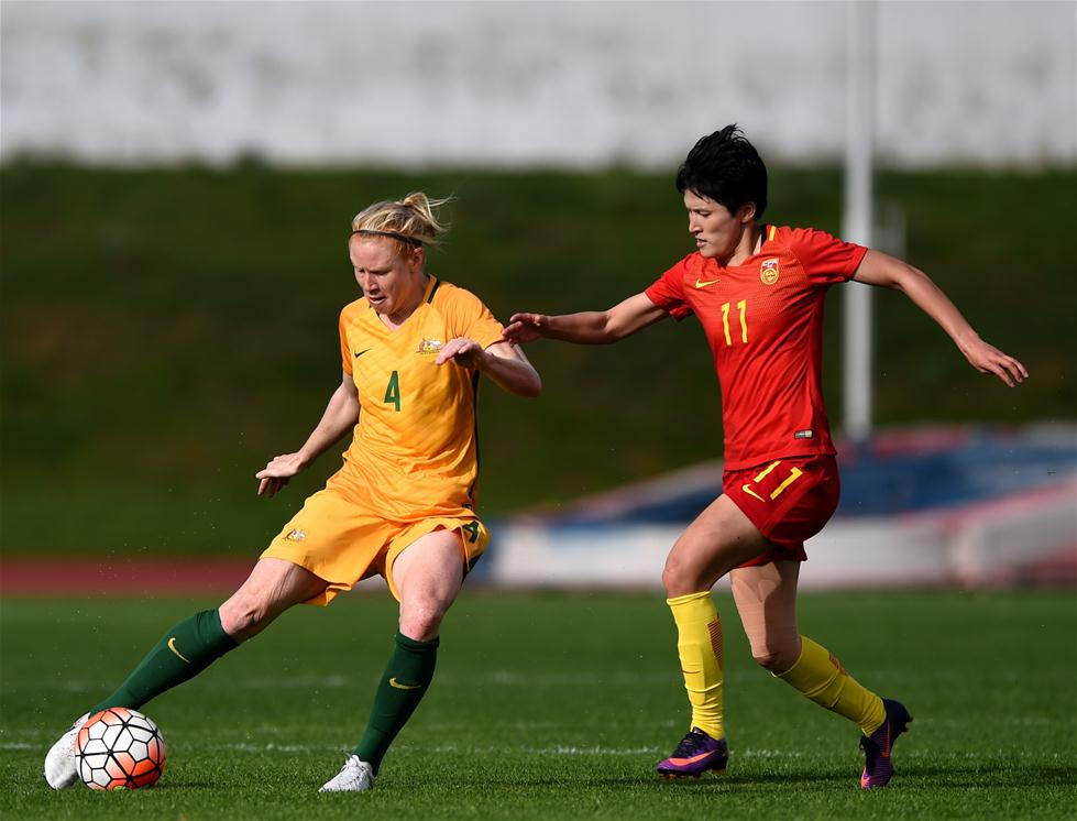 3月6日,中国队球员王珊珊(右)与澳大利亚队球员波尔金霍恩在比赛中拼抢。当日,在2017年阿尔加夫杯国际女足邀请赛小组赛C组末轮比赛中,中国队以1比2不敌澳大利亚队。 新华社记者张立云摄