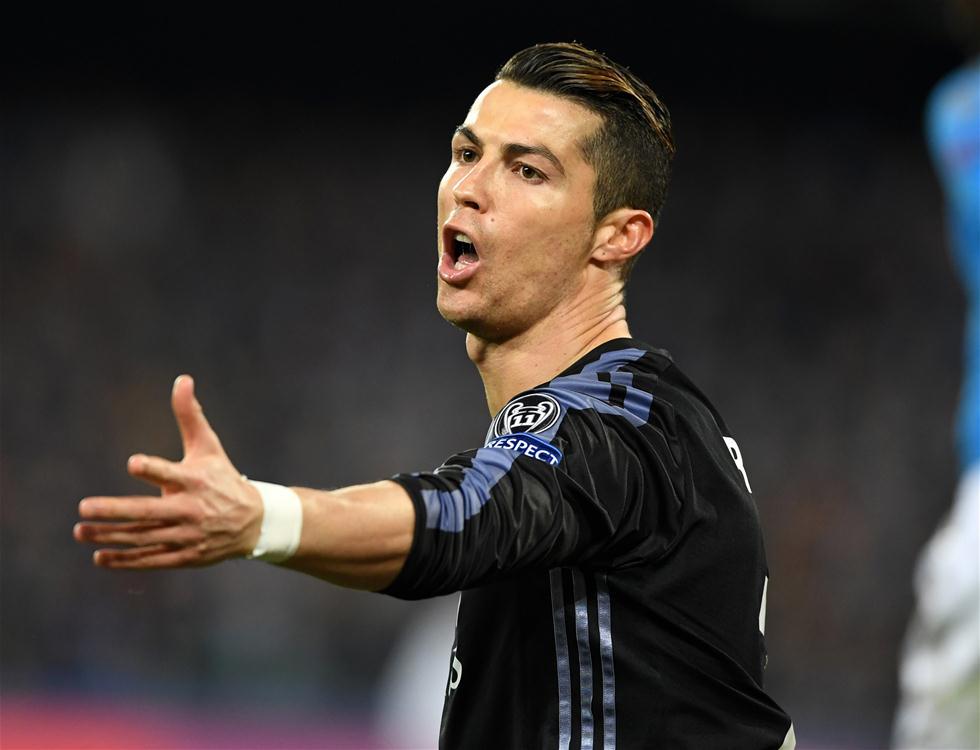 3月7日,皇马队球员克里斯蒂亚诺・罗纳尔多在比赛中。当日,在2016-2017赛季欧洲足球冠军联赛八分之一决赛次回合的比赛中,西甲皇家马德里队客场以3比1战胜意甲那不勒斯队,从而以6比2的总比分晋级八强。新华社发(阿尔贝托・林格里亚摄)