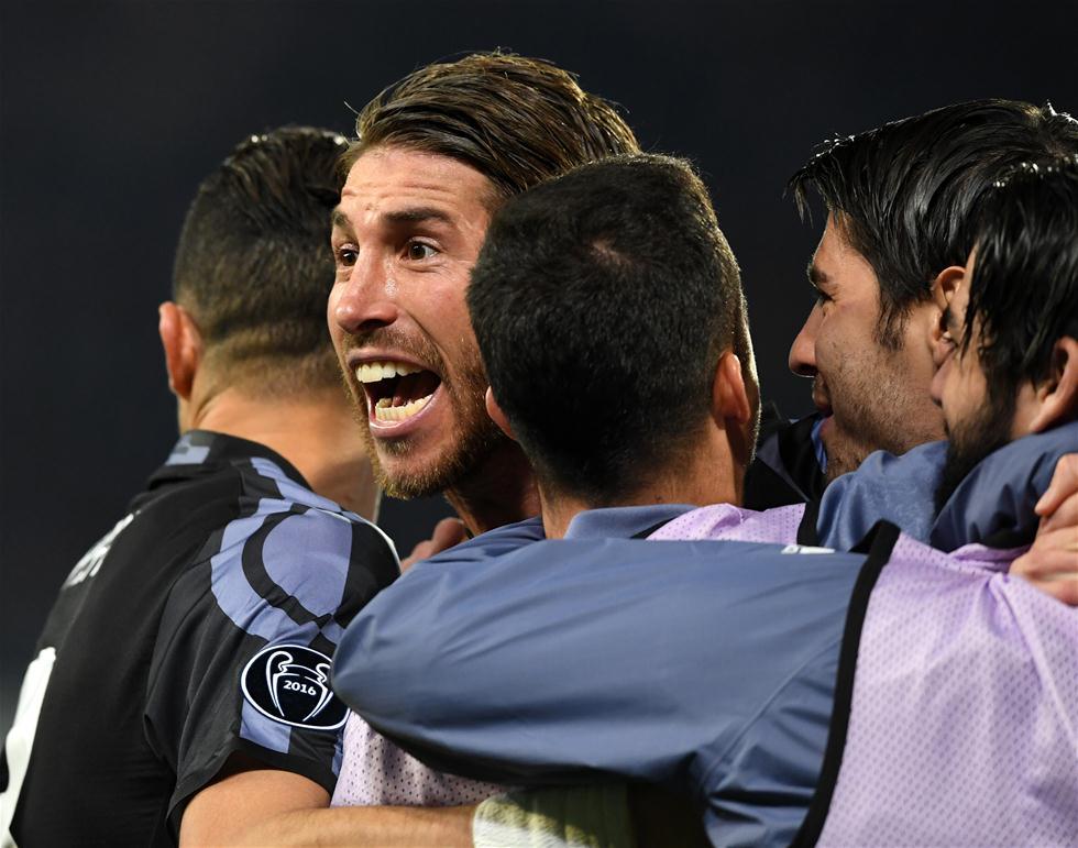 3月7日,皇马队球员拉莫斯(左二)与队友庆祝进球。当日,在2016-2017赛季欧洲足球冠军联赛八分之一决赛次回合的比赛中,西甲皇家马德里队客场以3比1战胜意甲那不勒斯队,从而以6比2的总比分晋级八强。新华社发(阿尔贝托・林格里亚摄)