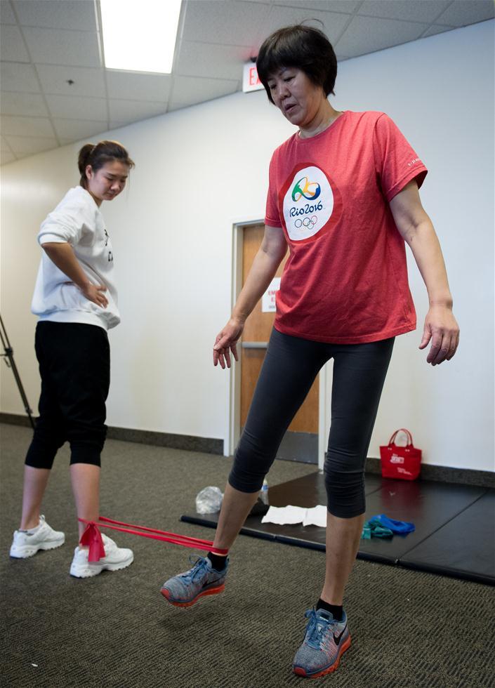 3月6日,郎平(右)在康复训练中和前来看望的女排队员杨方旭在一起。1月下旬,郎平在美国芝加哥进行了右侧髋关节置换手术,近期回到洛杉矶进行第二阶段康复训练。 新华社记者杨磊摄