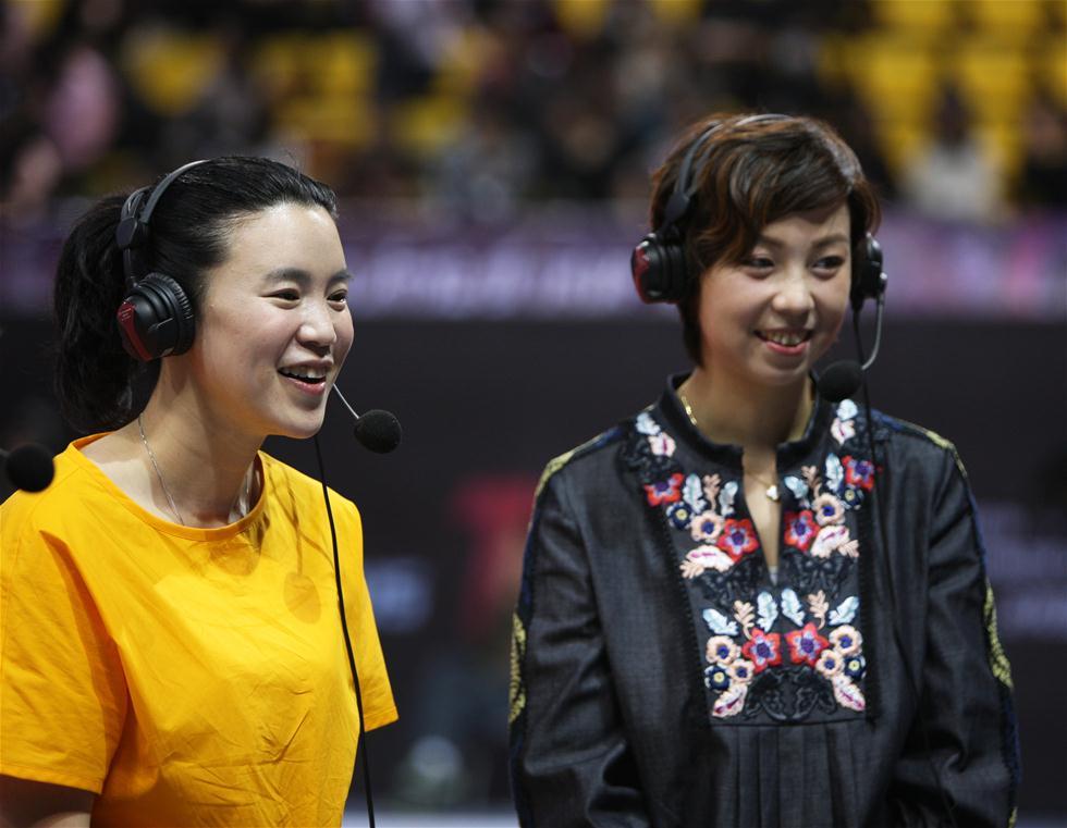 3月7日,张怡宁和王楠(左)担任解说嘉宾。当日,在深圳举行的世乒赛选拔赛女单第一阶段第11轮比赛中,张怡宁和王楠现身赛场,担任网络直播解说嘉宾。 新华社记者王东震摄