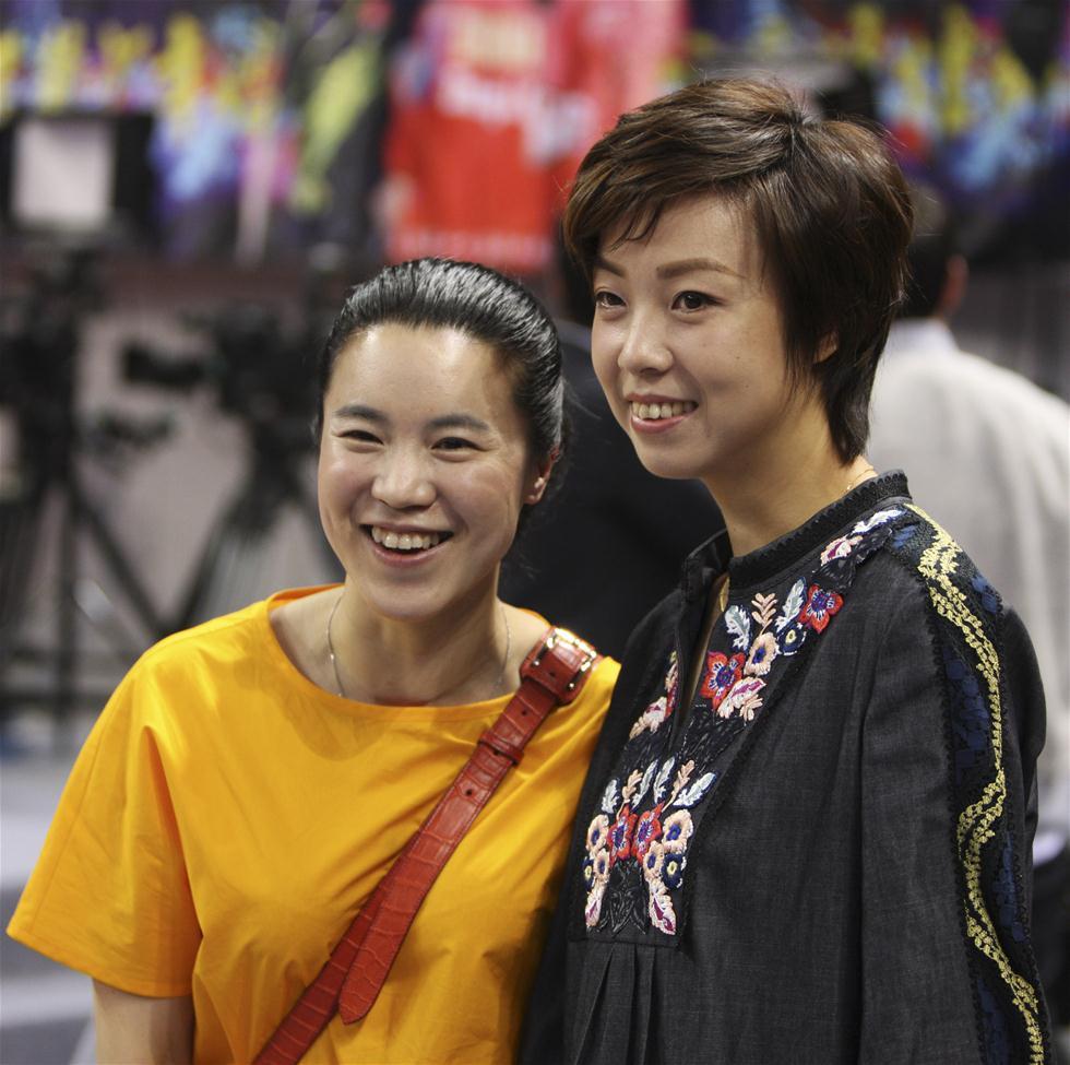 3月7日,张怡宁(右)和王楠在解说完毕后合影。当日,在深圳举行的世乒赛选拔赛女单第一阶段第11轮比赛中,张怡宁和王楠现身赛场,担任网络直播解说嘉宾。 新华社记者王东震摄