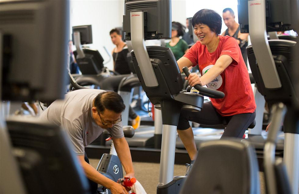 3月6日,郎平丈夫王育成陪伴郎平进行康复训练。1月下旬,郎平在美国芝加哥进行了右侧髋关节置换手术,近期回到洛杉矶进行第二阶段康复训练。 新华社记者杨磊摄