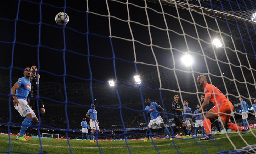 3月7日,皇马队球员拉莫斯(右四)进球。当日,在2016-2017赛季欧洲足球冠军联赛八分之一决赛次回合的比赛中,西甲皇家马德里队客场以3比1战胜意甲那不勒斯队,从而以6比2的总比分晋级八强。新华社发(阿尔贝托・林格里亚摄)