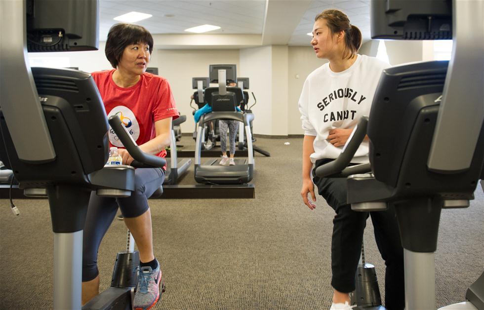 3月6日,女排队员杨方旭(右)来到洛杉矶看望康复训练中的郎平。1月下旬,郎平在美国芝加哥进行了右侧髋关节置换手术,近期回到洛杉矶进行第二阶段康复训练。 新华社记者杨磊摄