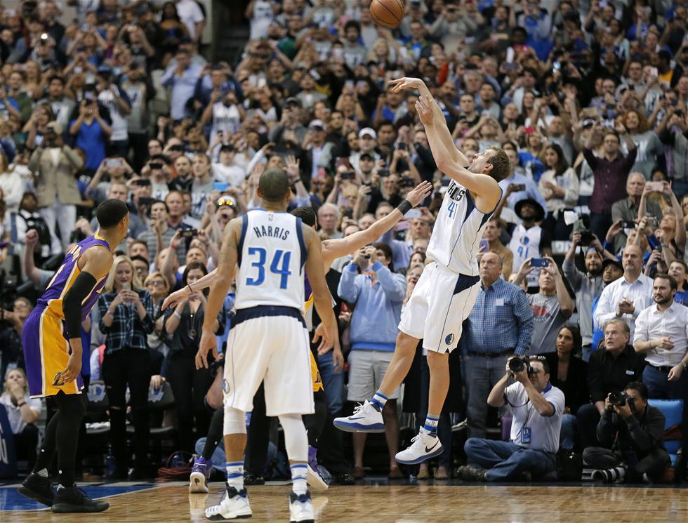 3月7日,小牛队球员诺维茨基(右)在比赛中投入职业生涯第30000分。当日,在2016-2017赛季NBA常规赛中,达拉斯小牛队主场以122比111战胜洛杉矶湖人队。 新华社/美联