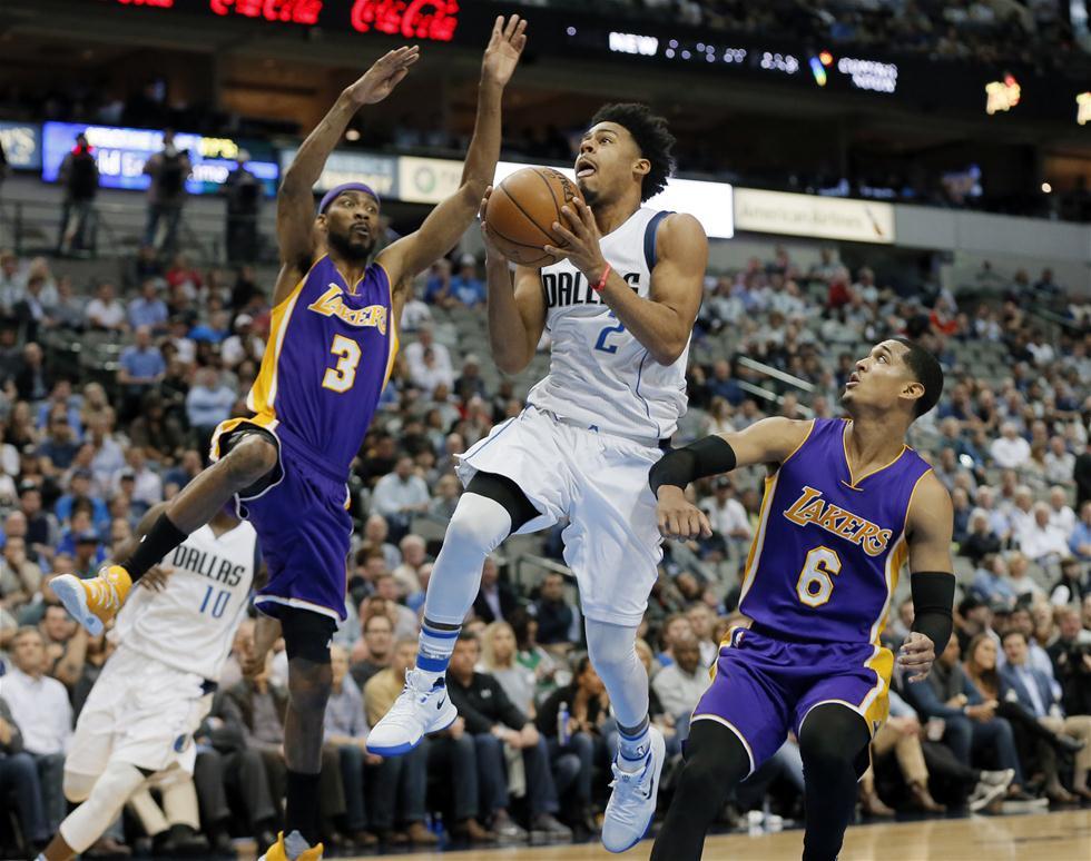 3月7日,小牛队球员库克(右二)在比赛中上篮。当日,在2016-2017赛季NBA常规赛中,达拉斯小牛队主场以122比111战胜洛杉矶湖人队。 新华社/美联