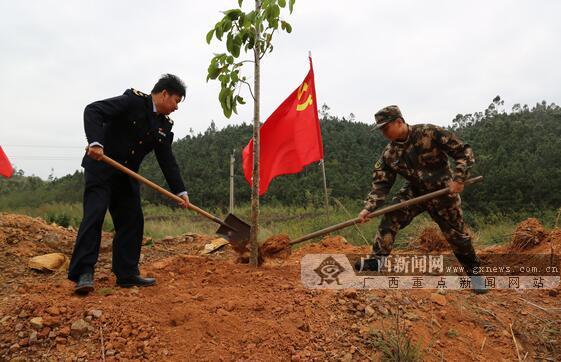 边防民警和药监局职工同栽绿化树