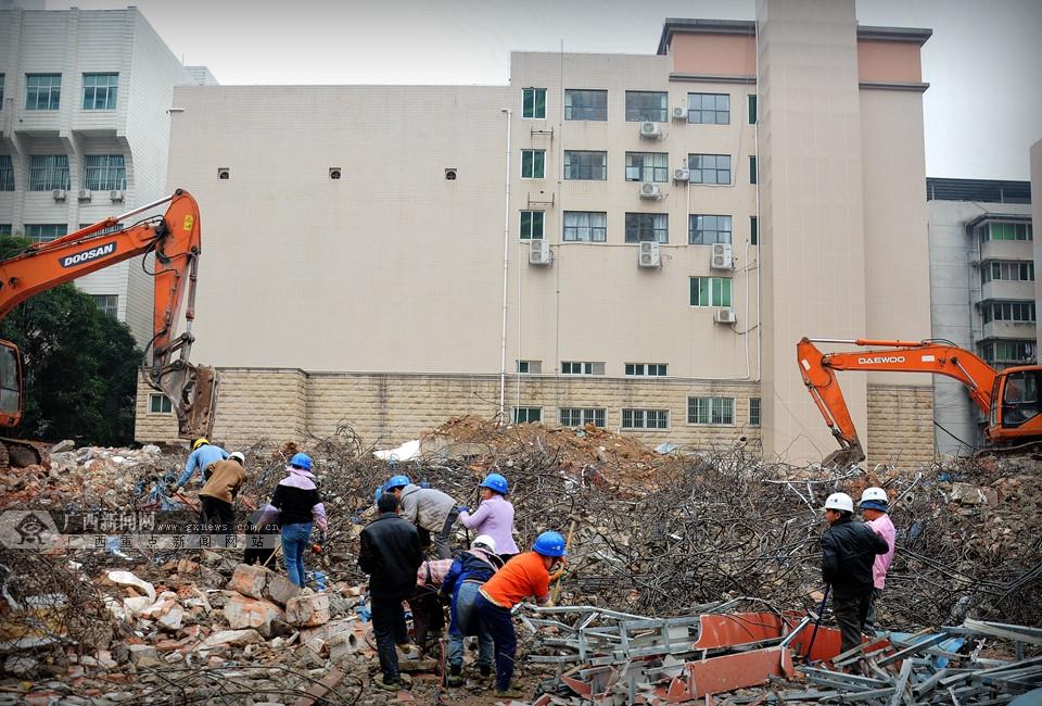 """高清:城市里的""""淘金人"""" 在碎渣中扯出生活"""