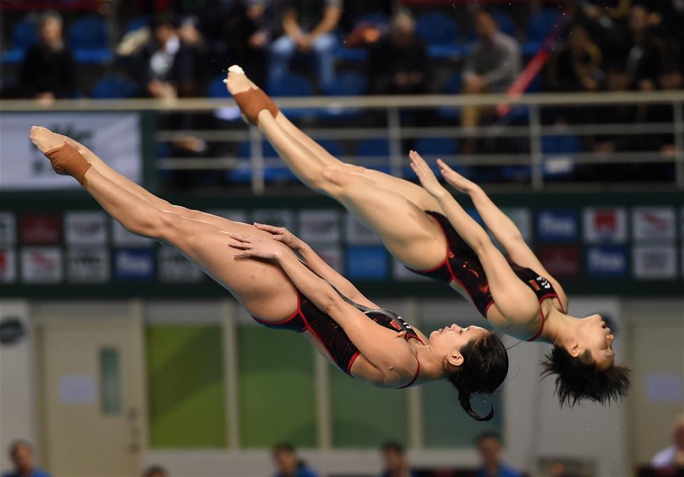 3月9日,施廷懋/许智欢(左)在比赛中。当日,在2017年国际泳联世界跳水系列赛广州站女子双人三米板决赛中,中国选手施廷懋/许智欢以345.00分的总成绩夺冠。新华社记者贾宇辰摄