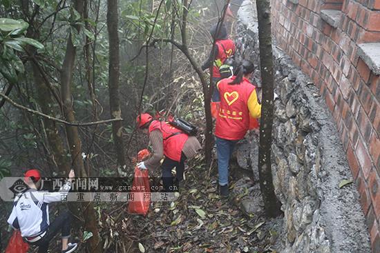 东兰:志愿者开展学雷锋活动清扫景区(图)