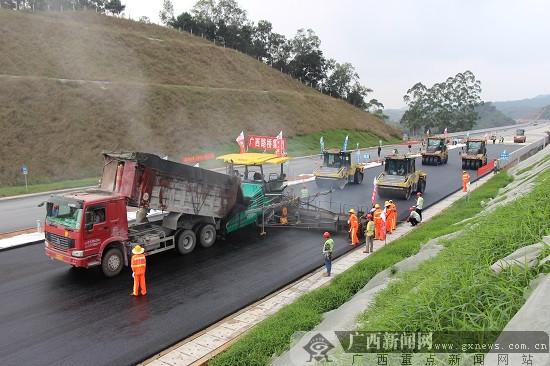 贵合路AC-13C改性沥青混凝土上面层试验路开始铺设