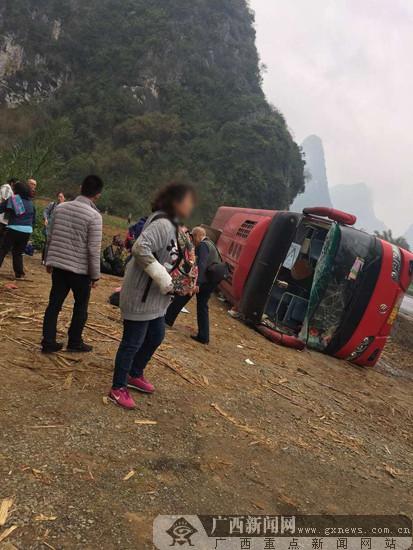 路遇旅游中巴翻车 崇左移动员工勇救4名伤者