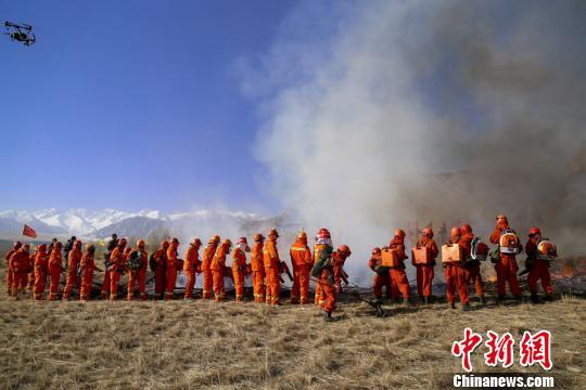 甘肃祁连山管理局林场扑火队员联合武警张掖市森林支队肃南大队官兵开展灭火演练。 程佳兴 摄