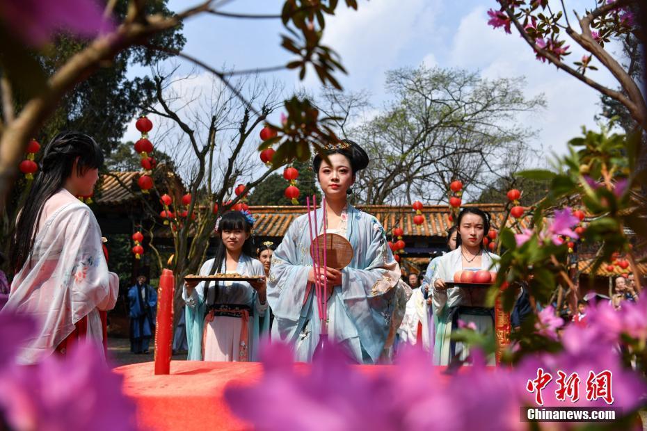 昆明青年男女穿汉服祭花神