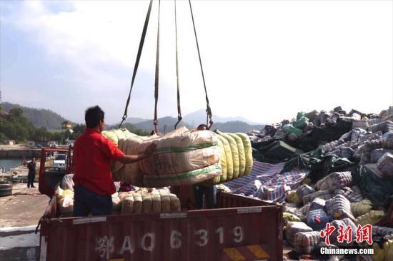 11月17日,深圳海关在盐田、南山垃圾焚烧发电厂销毁进口走私废旧衣物1046吨。据了解,这批进口走私废旧衣物是今年6月及9月由深圳市公安边防支队在深圳海域截获并移交海关处置。图为深圳海关在土洋码头组织销毁行动。 <a target='_blank' href='http://www.chinanews.com/'></table>中新社</a>记者 陈文 摄