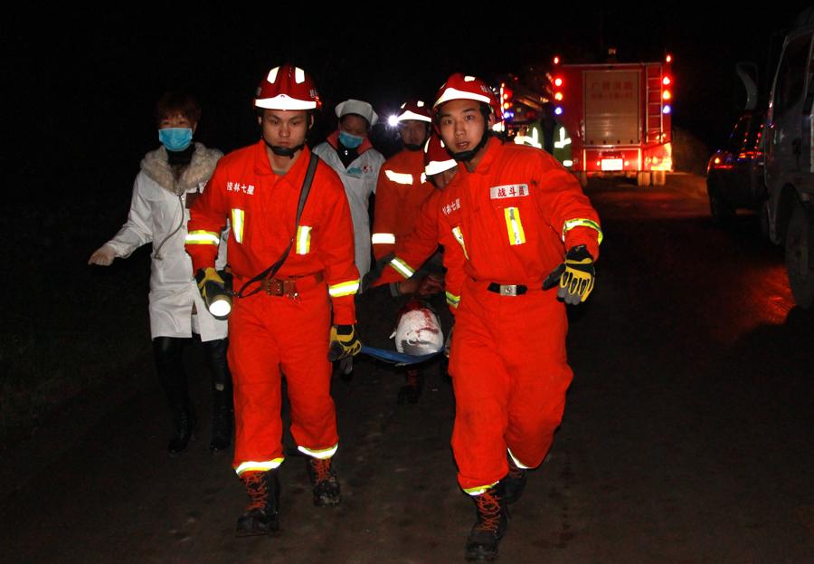 轿车与小货车相撞 消防官兵迅速救出伤者(组图)