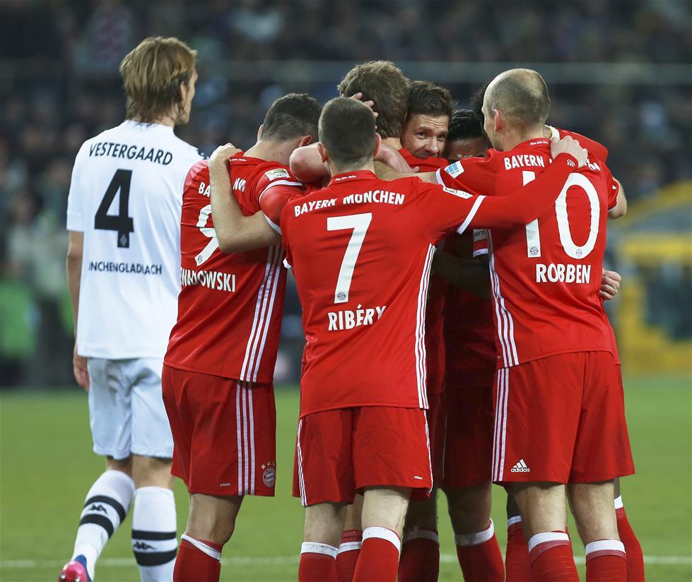 3月19日,拜仁慕尼黑队球员庆祝球队进球.
